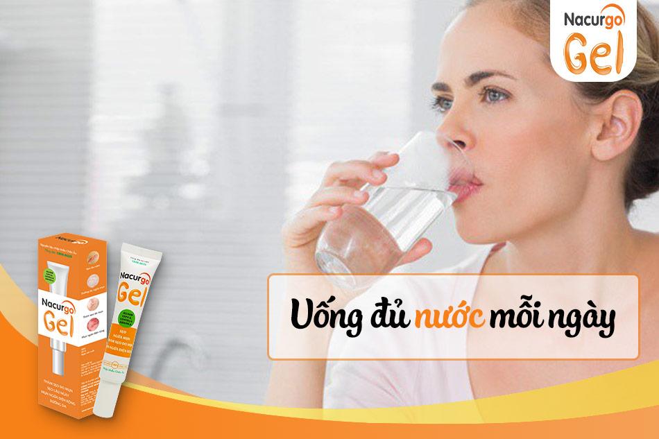 Nhớ uống đủ 2 lít nước mỗi ngày