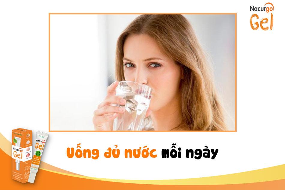 Uống đủ nước mỗi ngày để phòng tránh mụn trứng cá