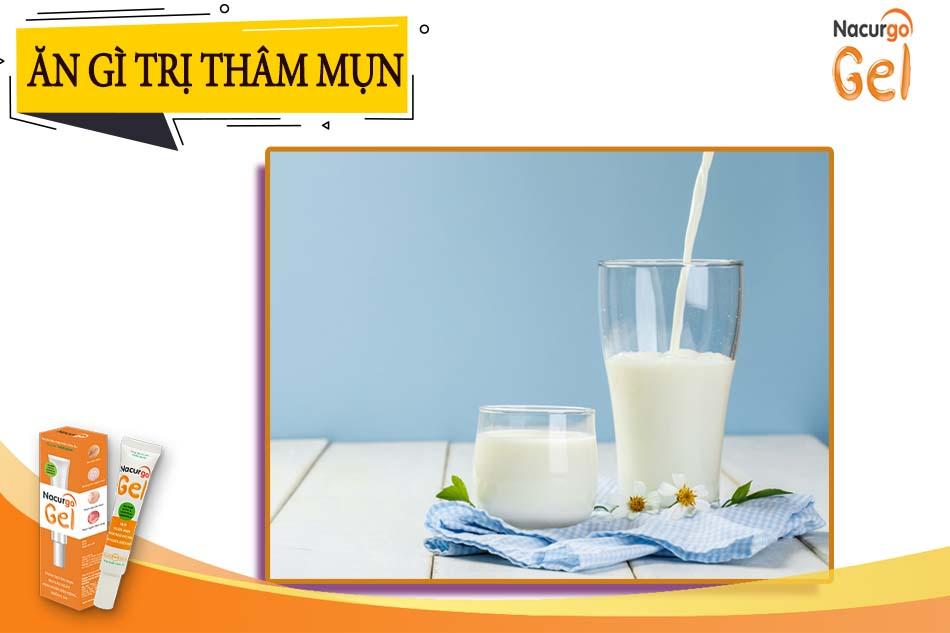 Sữa có khả năng giúp làm mờ vết thâm do mụn