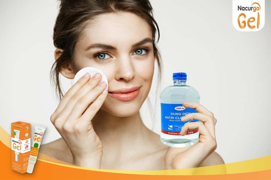 Tác dụng của nước muối sinh lý trong điều trị thâm mụn