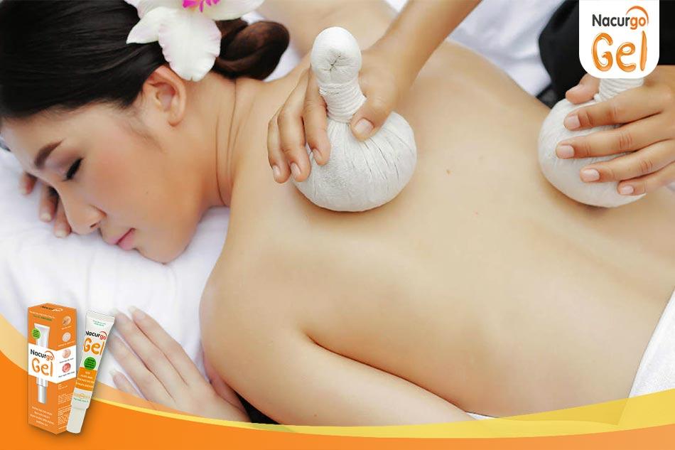 Chườm ấm lưng giúp cải thiện tình trạng viêm nang lông ở lưng